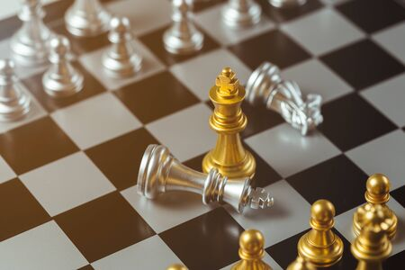 chess game gold king standing and silver chessboard, business strategy concept. Standard-Bild - 138145931