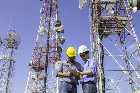 comunicazione: controllare le comunicazioni ingegnere antenna Archivio Fotografico
