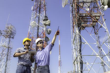 エンジニア通信アンテナをチェックします。 写真素材 - 45767742