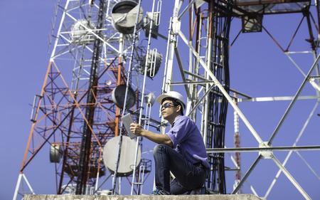 通信: エンジニア通信アンテナをチェックします。
