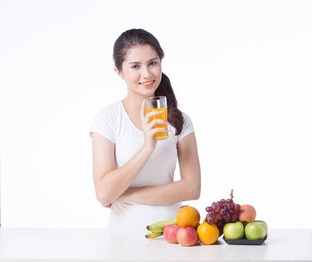 健康に良い食べ物と美しい女性は、白い背景を分離します。