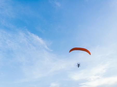 男に乗って空を飛んでパラモーター
