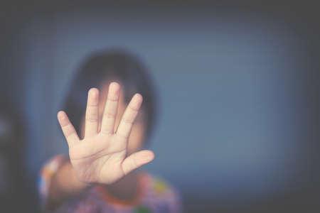 misshandelten Frau, Kind Knechtschaft in Winkel des verlassenen Gebäude Bildunschärfe, die Gewalt gegen Frauen, Internationaler Tag der Frau zu stoppen