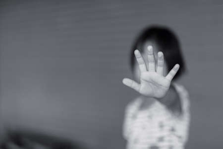 少年暴力を乱用停止。子ボンテージ、暴力、恐怖、恐ろしい子世界人権デーの概念。 写真素材