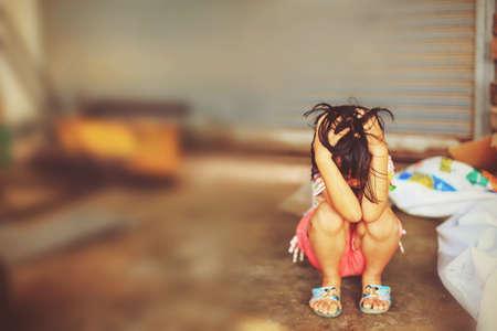 Dejar de abusar de la violencia chico. servidumbre de los niños, la violencia, el terror, un niño temeroso, el concepto de Día de los Derechos Humanos. Foto de archivo - 71294089