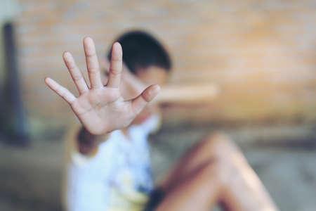 Arrêtez le stress émotionnel et la douleur, effrayé, restreint, piégé, appelez à l'aide, lutte, terrifié, violence, esclave, concept de la Journée des droits de l'homme. Banque d'images - 71131421