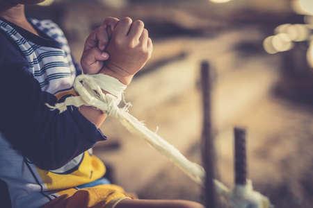 少年暴力を乱用停止。広角映像の子ボンテージぼかし、世界人権デーの概念。