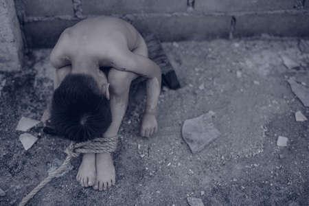 ロープで縛られ、被害者の少年 写真素材