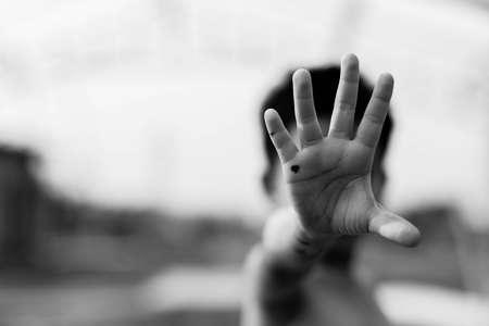 Cesser d'abuser de la violence. violence, terrifié, un enfant craintif Banque d'images - 76237370