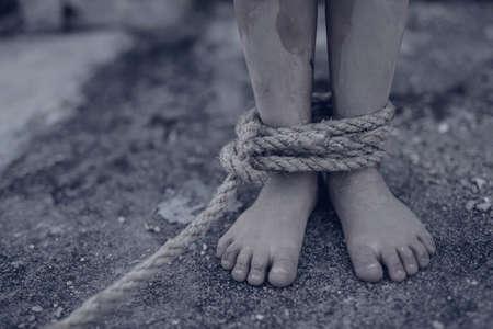 Jongen van een slachtoffer met touw vastgebonden