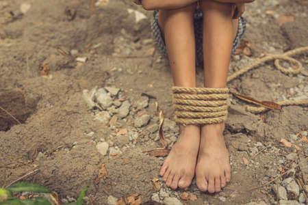 ロープで縛られ、被害者の少年