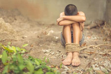 Junge von einem Opfer mit Seil gefesselt Standard-Bild