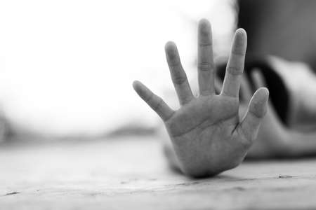Stop met het misbruiken jongen geweld. kind bondage in beeldhoek blur, Human Rights Day concept.