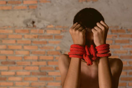 폭력을 남용하지 마라. 폭력, 겁에 질려, 무서운 아이. 폭력, 겁에 질린, 두려운 아이, 감정적 인 스트레스와 고통, 두려운, 제한된, 덫에 걸려, 도움을