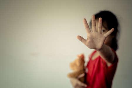 Arrêtez d'abuser de la violence. violence, terrifié, Un enfant craintif. Arrêtez d'abuser de la violence. violence, terrifié, Un enfant craintif Banque d'images - 85938169