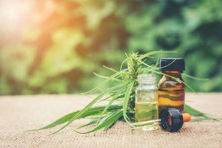 Cannabis, Huile essentielle à base de cannabis médicinal. Herbe de cannabis et feuilles pour le traitement. Huile de cannabis médical (marijuana). Banque d'images - 85952488