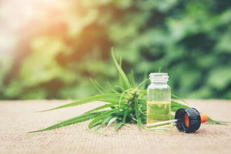大麻、薬用大麻から作られるエッセンシャル オイル。大麻ハーブとの治療のための葉。医療大麻 (マリファナ) オイル。 写真素材