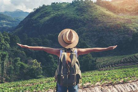 ハイキングの休暇中に野生の旅行で旅行する女性観光客が幸せ。旅行の概念。
