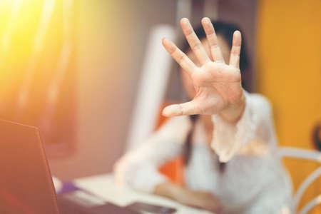 Stop alla violenza sul posto di lavoro.