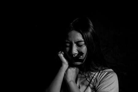 Prevenire la violenza sulle donne, Tutto chiacchiere e niente azione. Vittima di violenza domestica, concetto di traffico di esseri umani, fine alla violenza contro le donne, donna spaventata con la mano dell'uomo che le copre la testa, violenza sessuale contro le donne