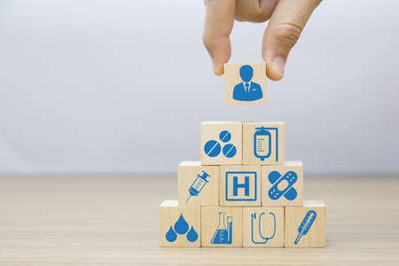 Medizin- und Gesundheitssymbole auf Holzblockplanung für das Gesundheitskonzept.