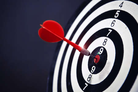 Rea arrow in the center of the dart board Shows the concept of business goal setting. 版權商用圖片