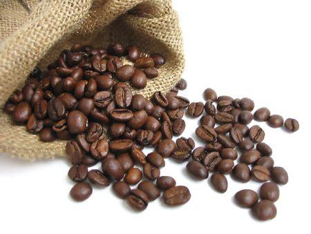 comida arabe: Los granos de caf� en el saco de lona  Foto de archivo