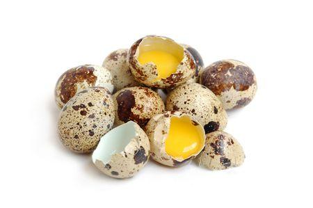 quaglia: Mazzo di uova di Quaglia, due uova vengono interrotti Archivio Fotografico