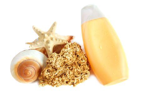 coquina: Una botella de loci�n bronceadora y conchas, estrellas de rock y Coquina en el fondo blanco