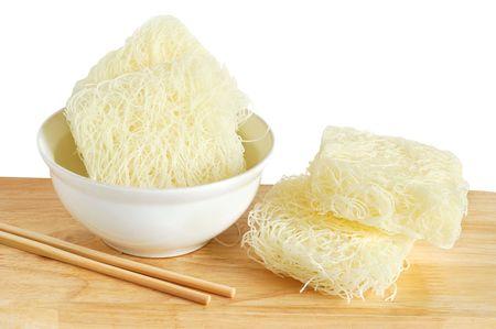 vermicelli: Asia el arroz y los fideos de soja en un taz�n con palillos de madera en color blanco Foto de archivo