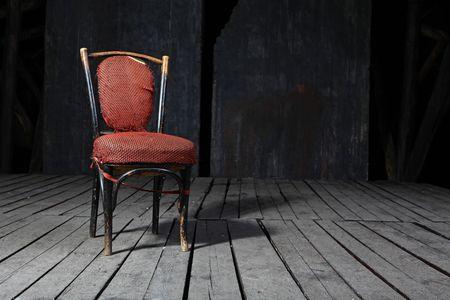 habitacion desordenada: Vieja silla envejecido en suelos de madera