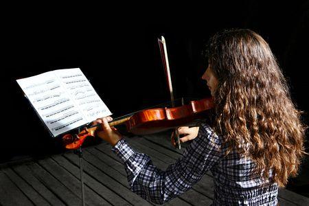 fiddlestick: M�sico de Bella violinista con m�sica de hoja en un stand sobre fondo negro