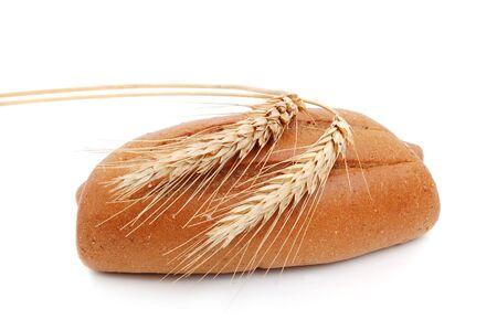 shafts: Hausgemachtes ganze Brot und Wellen von Weizen auf einem wei�en Hintergrund