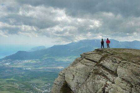 mochila viaje: Dos personas de pie sobre la cima de una monta�a