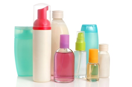 productos de limpieza: En blanco botellas de champ�, acondicionador, perfume y sal rosa sobre fondo blanco Foto de archivo