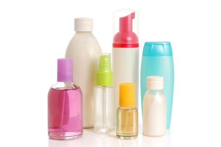 productos de belleza: En blanco botellas de champ�, acondicionador, perfume y sal rosa sobre fondo blanco Foto de archivo