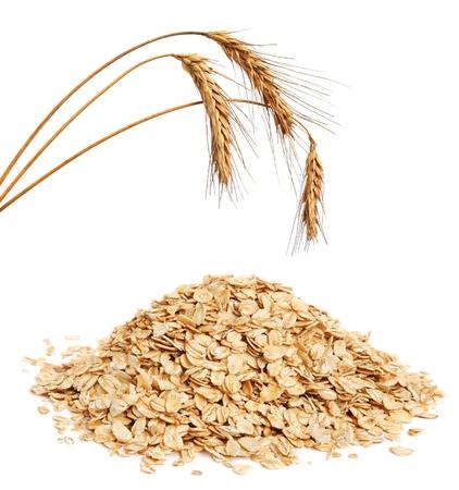 avena: Copos de cereales y orejas de trigo sobre fondo blanco Foto de archivo