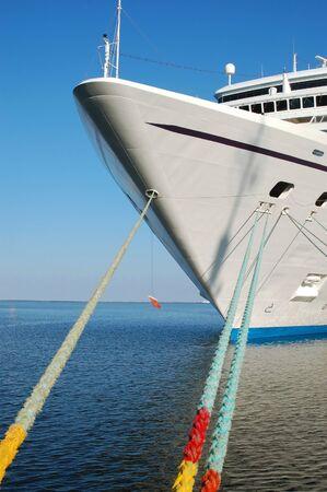docked: Gran crucero atracado en un puerto de mar