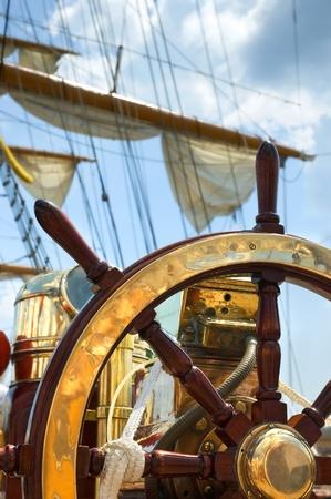 timon de barco: Volante barco antiguo de lat�n y madera. Foto de archivo