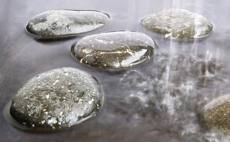 steine im wasser: Stones in regen auf schwarzem Wasser-Hintergrund Lizenzfreie Bilder