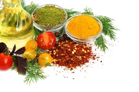 Koken olie, kruiden, tomaat en kruiden bladeren op witte achtergrond