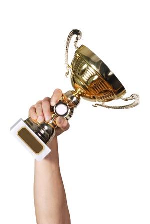 El hombre la celebración de un campeón de oro el trofeo en el fondo blanco