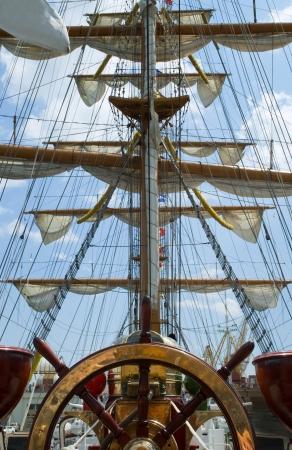 timone: Vecchio volante barca in ottone e legno Archivio Fotografico
