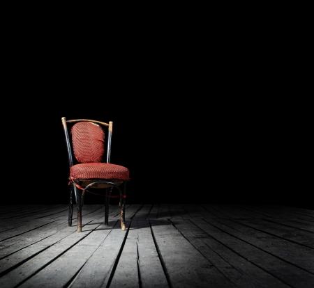 silla de madera: Antiguo presidente de moda rojo sobre un suelo de madera