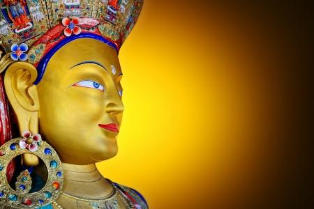 cabeza de buda: Primer plano de Maitreya Buddha en fondo de oro
