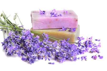 soap: Ramo de flores frescas de lavanda y jabones naturales para el cuidado del cuerpo en el fondo blanco Foto de archivo