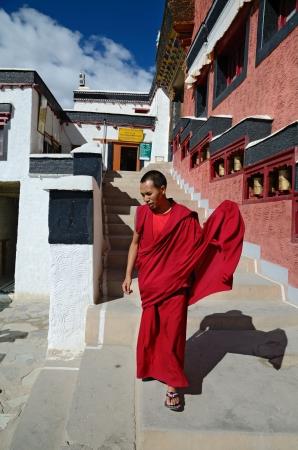 sotana: LADAKH, LA INDIA - 13 de septiembre de 2012: Monje budista en el monasterio tibetano Thiksey Gompa en Ladakh, India. 13 de septiembre 2012.