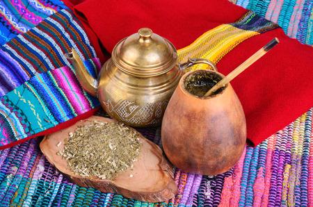 yerba mate: arriba de calabacín y la tetera con yerba seca bebida leaves.Traditional de Perú, Brasil y Argentina. Foto de archivo