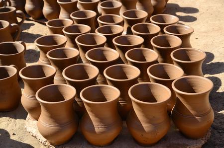 ollas de barro: Vajilla de barro hecho a mano en un taller de cerámica Foto de archivo