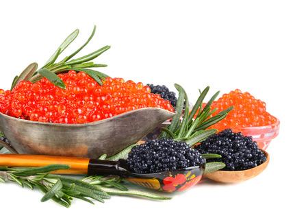 Schwarze und rote Kaviar in Silber Sauciere mit Löffel und Rosmarin auf weißem Hintergrund Standard-Bild - 28663899